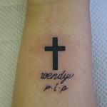 シンプルな文字と十字架のタトゥー Lucky Round Tattoo 大阪 3