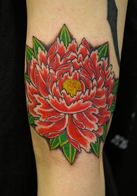赤い牡丹のタトゥー Lucky Round Tattoo