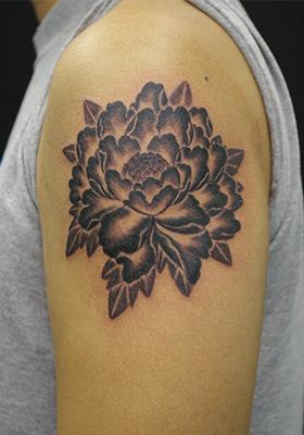 淡い牡丹のタトゥー Lucky Round Tattoo