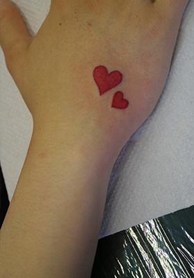 二つの赤いハートのタトゥー Lucky Round Tattoo
