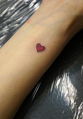 手首の赤いハートのタトゥー Lucky Round Tattoo