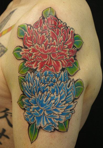 LUCKY ROUND TATTOOの赤と青の大輪の牡丹のタトゥー