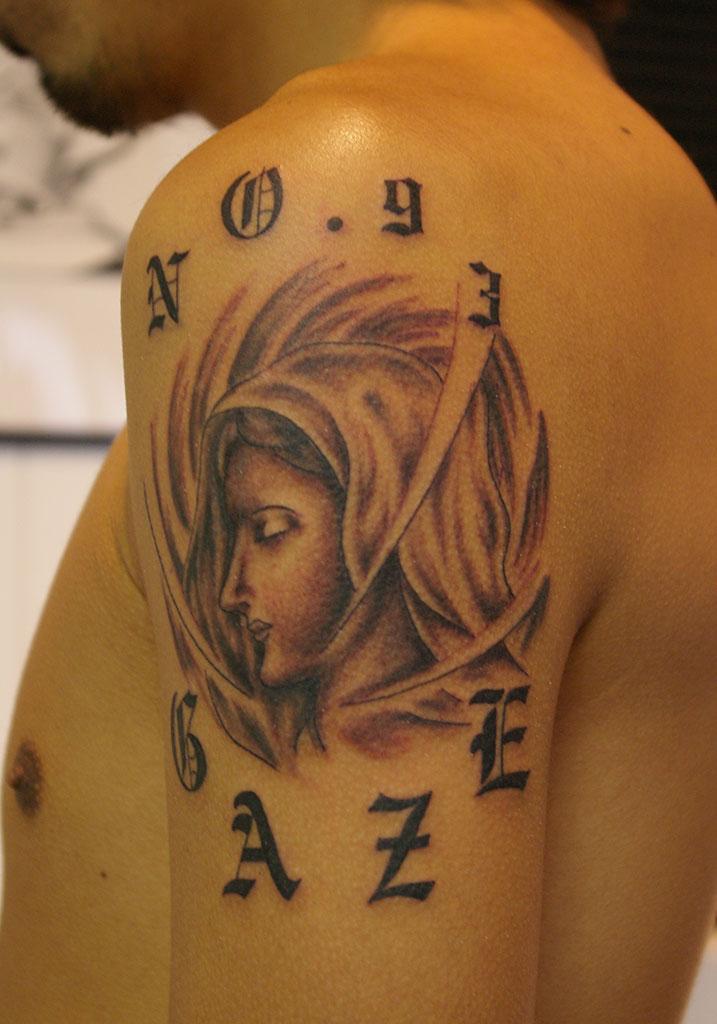 女性の横顔とオールドイングリッシュの文字