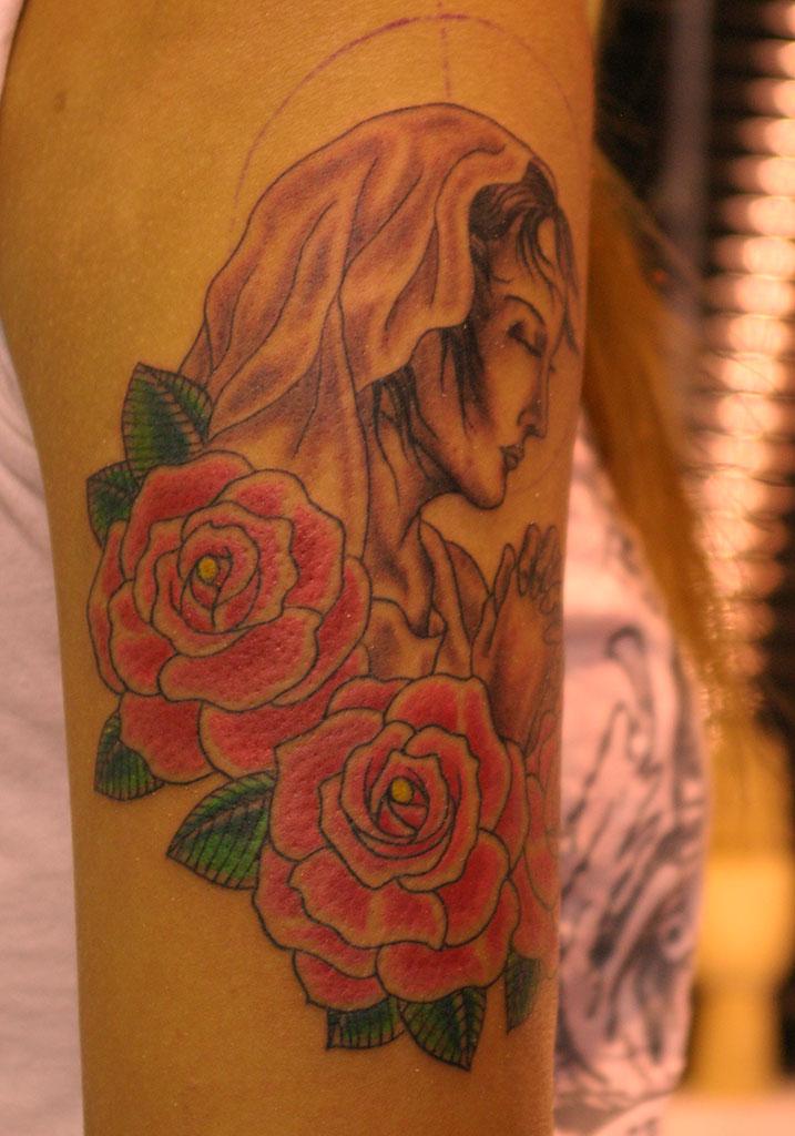 聖母マリアと薔薇の後ろ側
