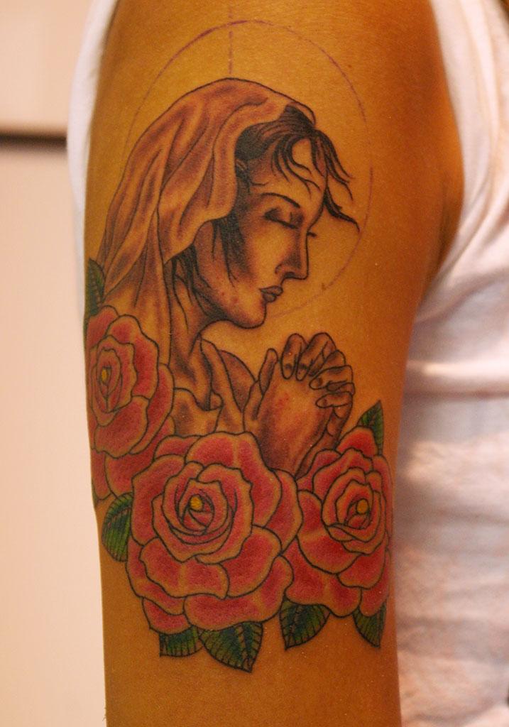 聖母マリアと薔薇の前側