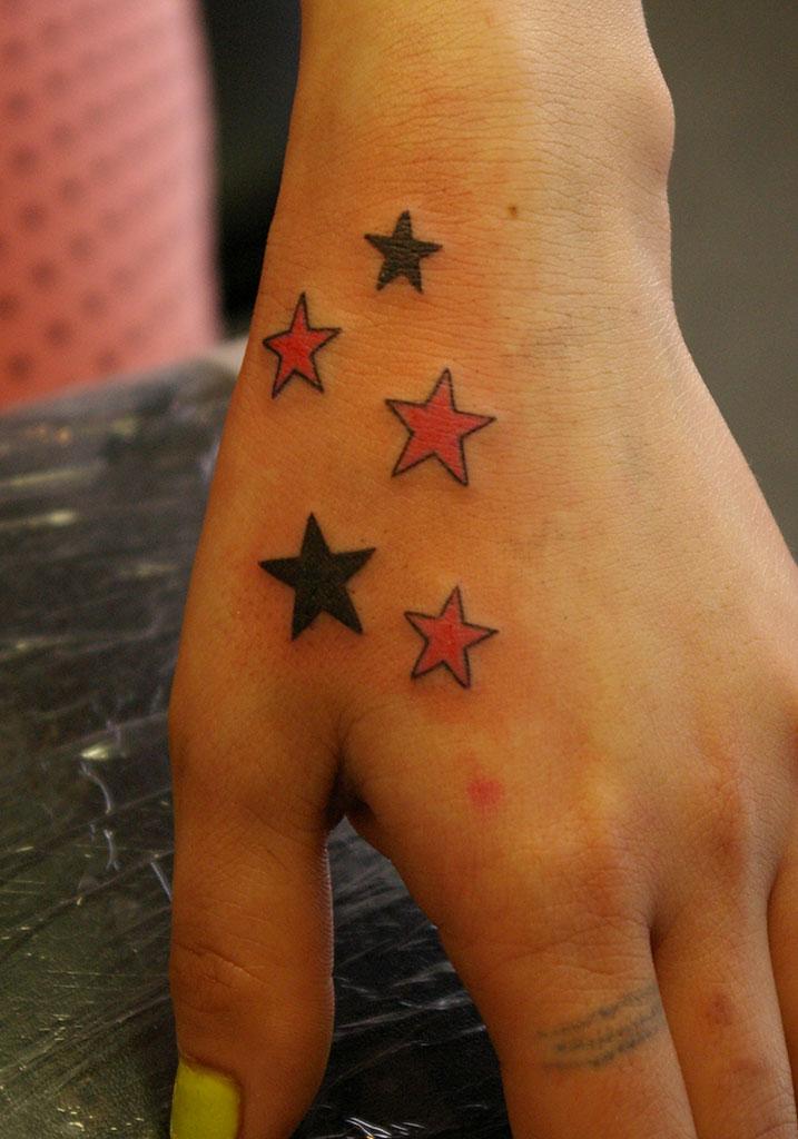 手の甲の多数の星