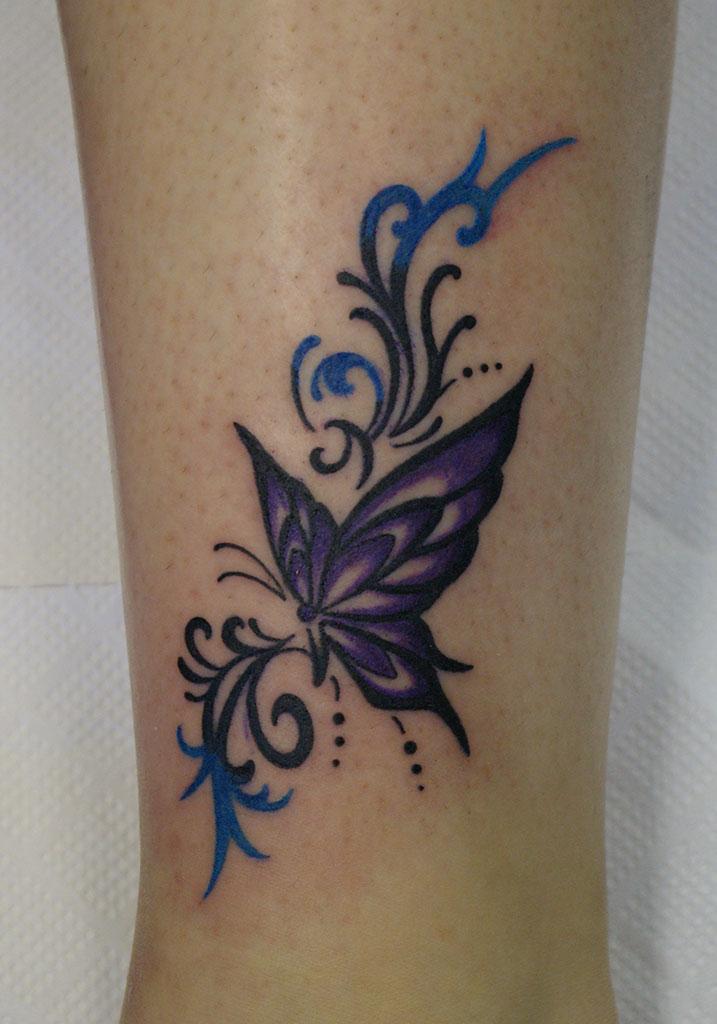 紫色の蝶とトライバル飾り