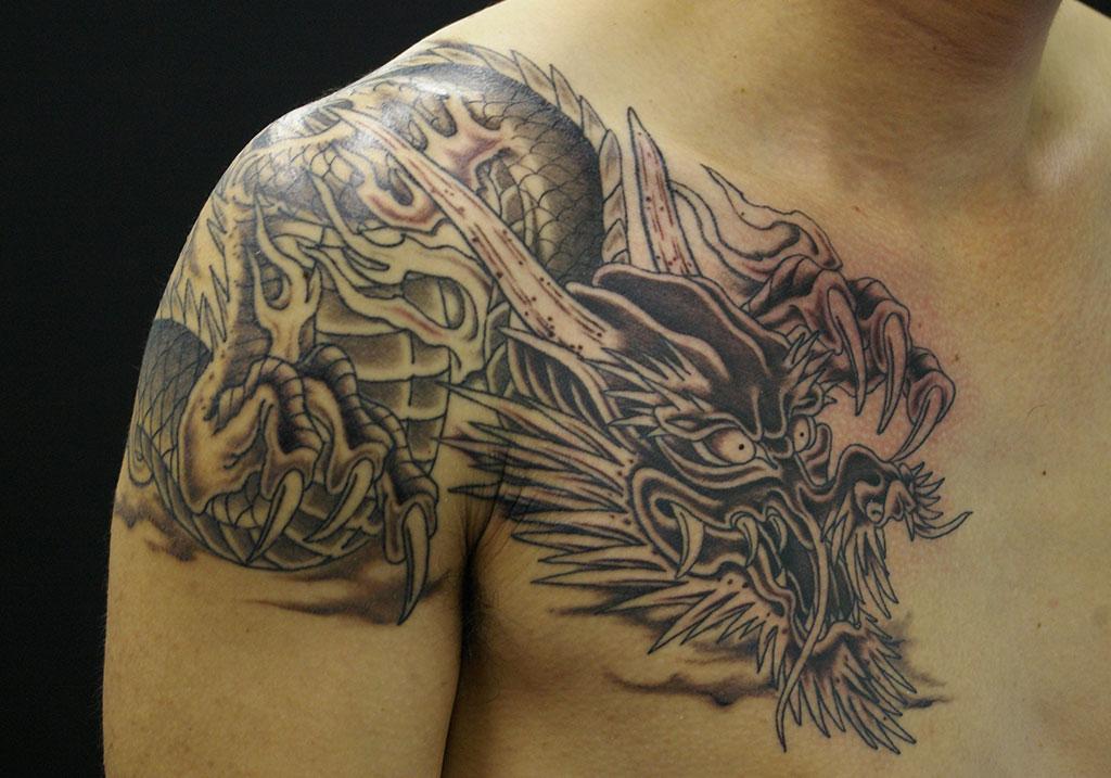 胸から肩への龍