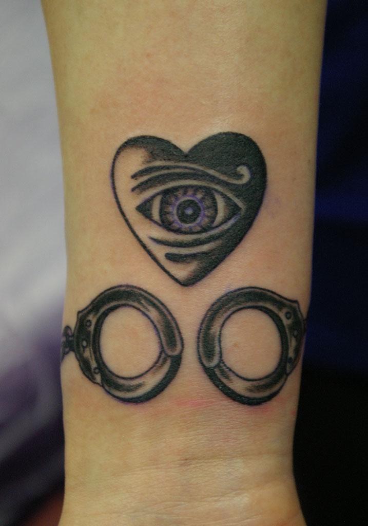 手錠と目とハート