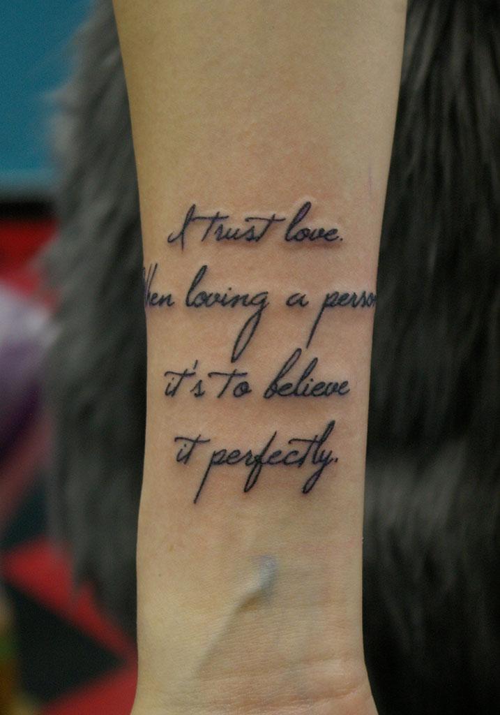 華奢なフォント「I trust love」