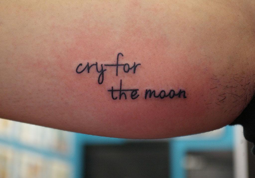 筆記体「cry for the moon」