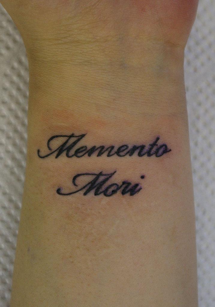 筆記体「Memento Mori」