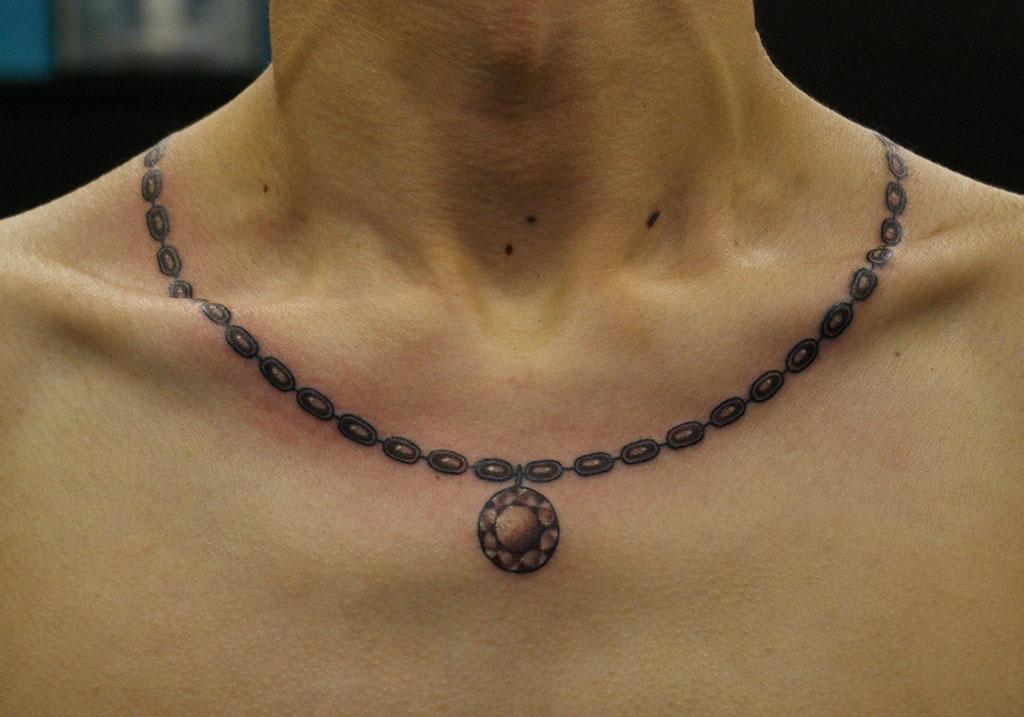 宝石つきのネックレス