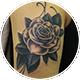 ブラック&グレーの薔薇のカバーアップ